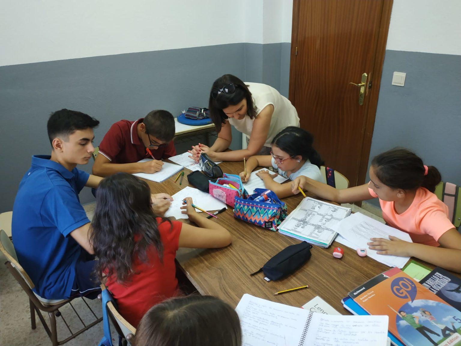 Image-accueil-Mission-Commune-banque-de-projets-des-Petites-Soeurs-Assomption-enfants-en-train-de-travailler-a-l-ecole les bras